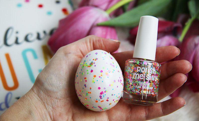 رنگ کردن تخم مرغ با لاک