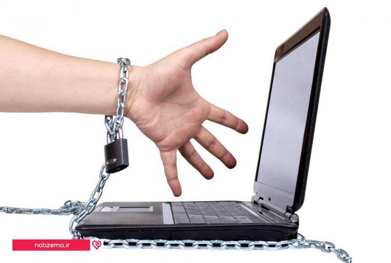 زنی بل زنجیر به لب تاپ چسبیده