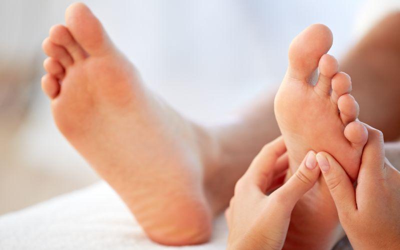 ماساژ دادن کف پا
