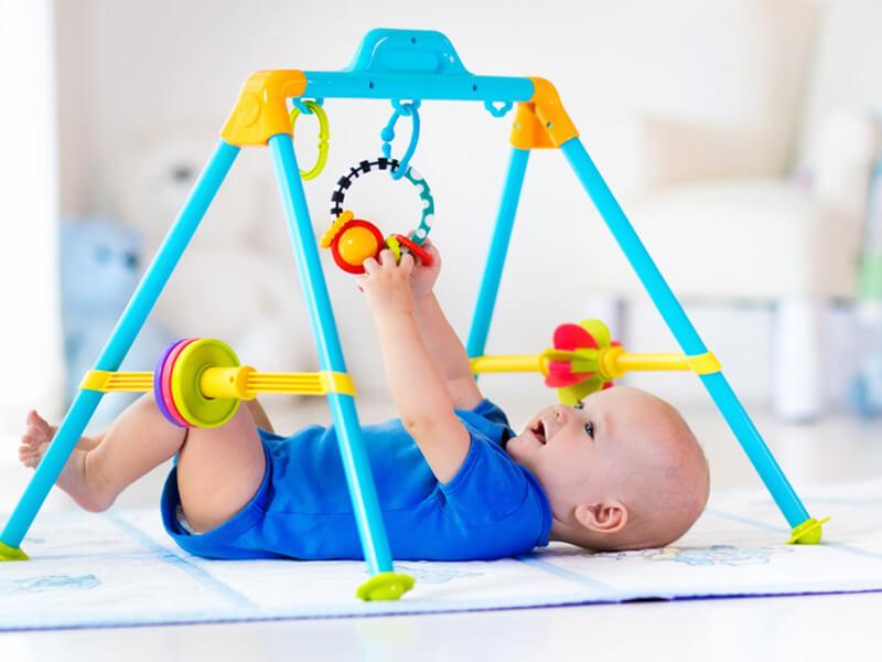 عکس نوزاد ه ماهه در حال بازی