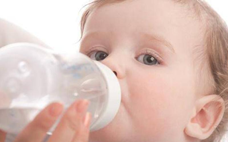مقدار آب دادن به نوزاد