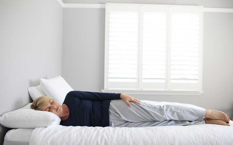 گذاشتن دست زیر سر هنگام خواب