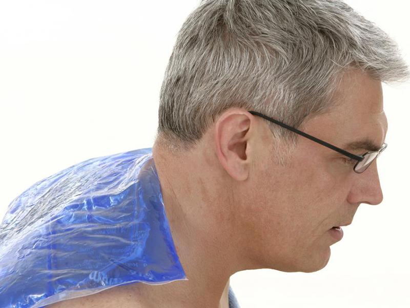 مرد عینکی گردن درد دارد