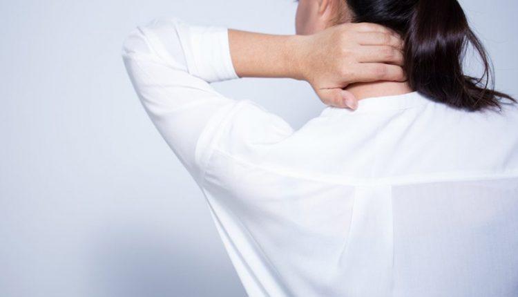 فردی که گردن درد دارد